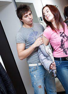 Молодые люди занимаются сексом на диване - фото #