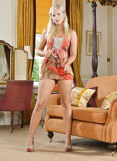 Породистая блондинка (Marry Queen) обожает ласкать свое сексуальное тело - фото #