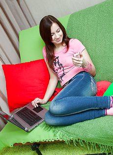 Молодая девушка снимает красные трусики и ласкает писю - фото #