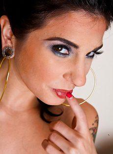 Черноволосая красотка Джоанна Ангел позирует в любительской фотосъемке - фото #