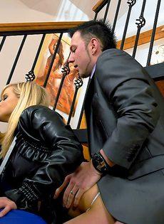Секс в одежде не снимая трусиков с молодой грудастой девушкой - фото #