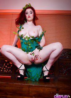 Любвеобильная девушка с большой грудью любит фетиш - фото #