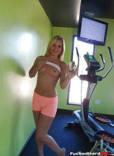 Сногсшибательная блондинка снимает с себя одежду - фото #