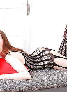 Привлекательная сучка одела на себя откровенный наряд - фото #