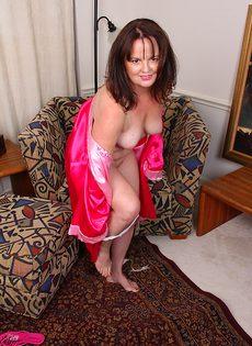 Зрелая бабенка расставила ножки - фото #