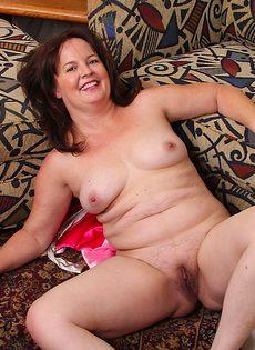 Женщина разделась и показала свое обнаженное тело - фото #