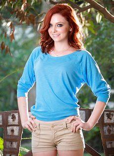 У молодой рыжей телочки волосатая промежность - фото #