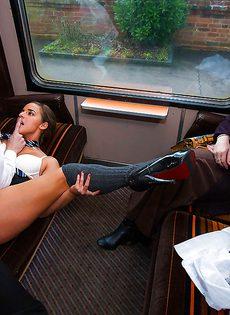 Сексапильная красотка в поезде трахнулась с парнем - фото #