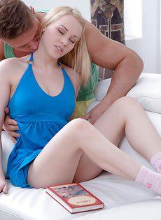 Блондинистая девица дала пареньку только после орального секса - фото #