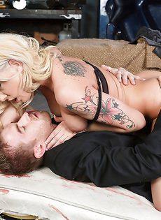 Сексуальной куколке залили личико теплой спермой - фото #
