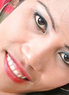 Латинская девчонка продемонстрировала горячие дырки - фото #