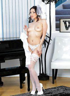 Роскошная красавица в фате и сексуальных белых чулках - фото #