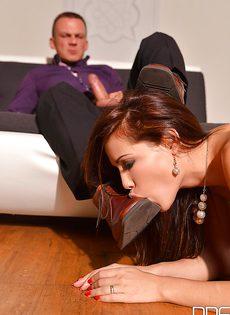 Кудрявая девочка Сатин Блум вынуждена подчиняться и сосать член - фото #