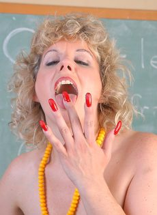 Пышную зрелую учительницу трахнули большим членом - фото #