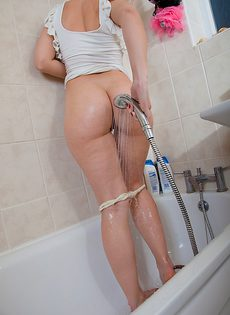 В ванной моется аппетитная зрелая дамочка - фото #