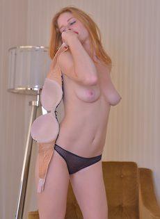 Голенькая красавица широко раздвинула стройные ножки - фото #6