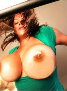 Брюнеточка намазала большие дойки специальным маслом - фото #