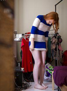 Быстренько одевается привлекательная молодуха - фото #