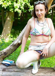 На природе домохозяйка сверкает мохнатой промежностью - фото #