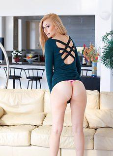 Шикарная блондинка демонстрирует потрясающую задницу - фото #