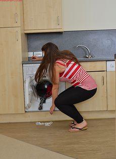 На кухне разделась пышная брюнетка с большими дойками - фото #