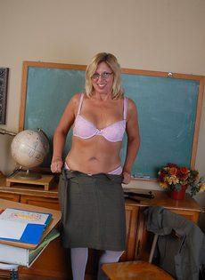 Учительнице после работы захотелось расслабиться - фото #