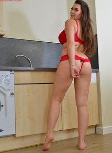 Пышногрудая обнаженная брюнетка на кухне - фото #