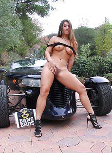 Возле крутого автомобиля девушка демонстрирует красивые дырки - фото #