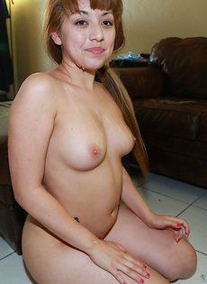 Шаловливая девчонка делает приятно парню с большим пенисом - фото #