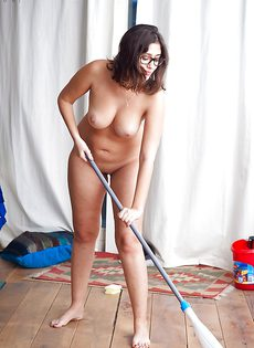 Темноволосая брюнетка моет пол абсолютно обнаженной - фото #