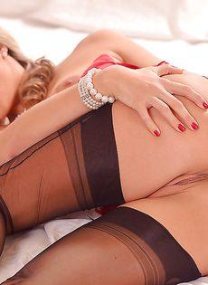 Эротичная длинноногая красавица в красном корсете - фото #