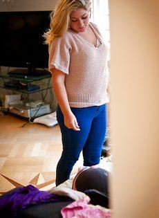 Пышненькая блондинка засветила свою красивую промежность - фото #