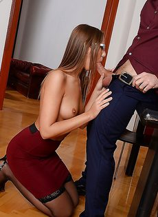 Эффектная секретарша в офисе дает себя трахать - фото #