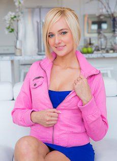 Демонстрация гладенькой розовой промежности - фото #