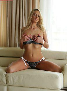 Красивое нижнее белье на прелестной блондиночке - фото #
