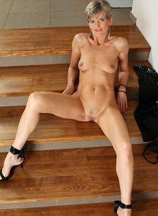 Зрелая бабенка разделась и улеглась на ступеньках - фото #