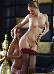 Лесбиянки в чулочках устроили зрелищный секс на кровати - фото #