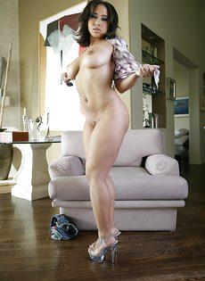 Латинская женщина разделась и показала свое шикарное тело - фото #