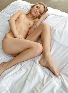 Худенькая блондинка сует пальчики в киску и в попочку - фото #