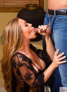 Домохозяйка в красивых чулках нашла для себя любовника - фото #