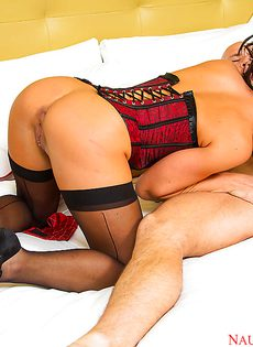 Офигенная красавица в чулках завалилась на кровать с парнем - фото #