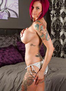 Голенькая татуированная телка Anna Bell манит своим телом - фото #