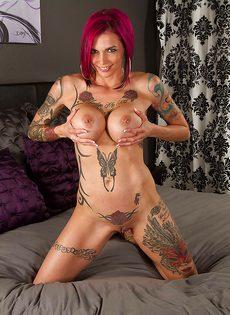 Татуированная потаскушка мнет большие упругие дойки - фото #