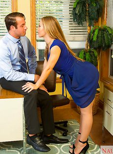 Секретарша на рабочем месте ублажает начальника - фото #