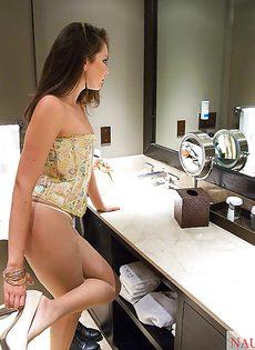 Быстренько переодевается в ванной комнате - фото #