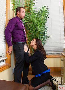 На рабочем месте обкончали теплой спермой красивый живот - фото #