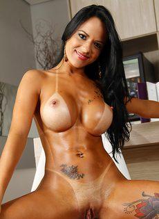 Бразильской девке с силиконовыми сиськами хочется трахаться - фото #