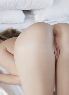 Расположилась на просторной кровати возбужденная красавица - фото #