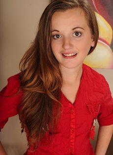 Молоденькая брюнетка с маленькими сисечками - фото #