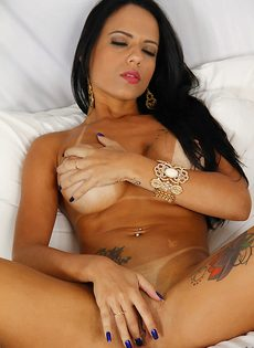 Латиноамериканская развратница соскучилась по мастурбации - фото #